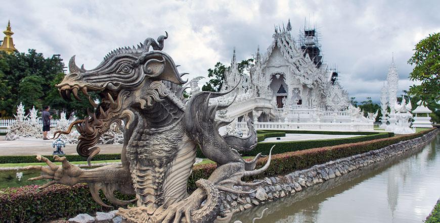 Tribu Tailandia y templo blanco